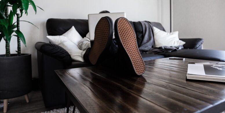 Artikelbild - Freelancer auf dem Sofa bei der Arbeit